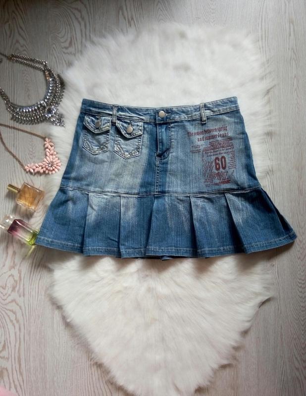 Синяя джинсовая юбка мини со складками карманами надписями кор...