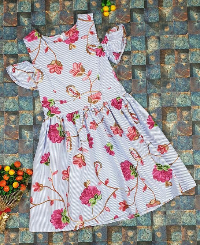Платье с вышитыми цветами для девочки фото