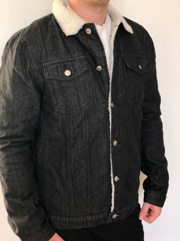 Мужская черная джинсовая куртка с белым мехом