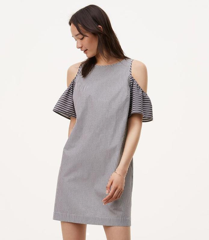 Шикарное полосатое платье с вырезами на плечах