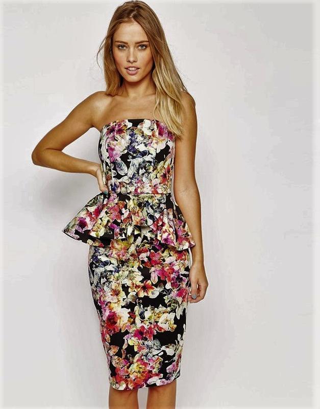 Яркое коттоновое платье бюстье футляр с баской в цветочный принт