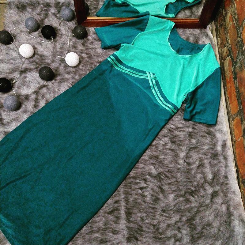 Платье длиною миди прямого кроя с контрастным лифом