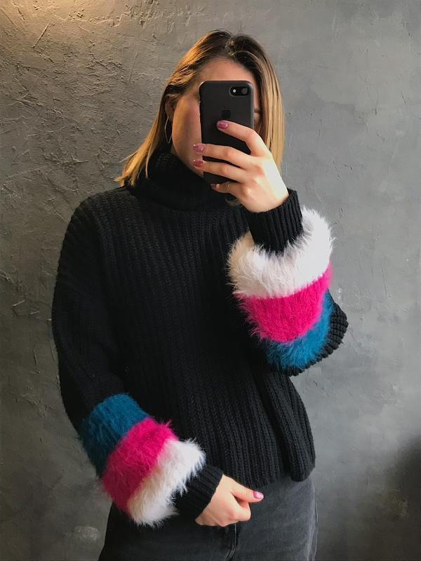 Мягкий оверсайз свитер с пушистыми рукавами