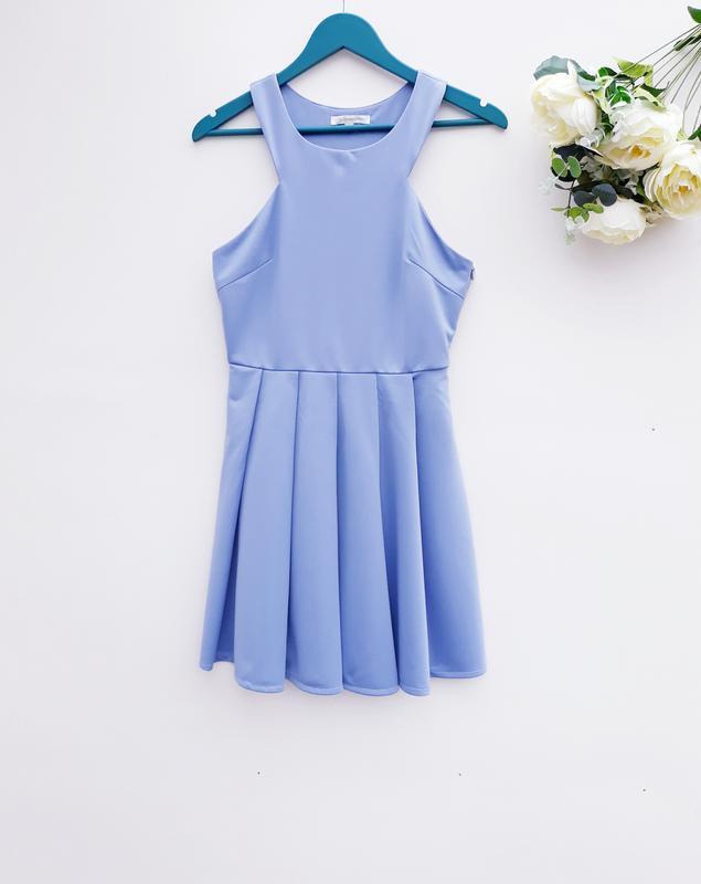 Нежное пастельное платье с вырезом на спинке платье с открытой...