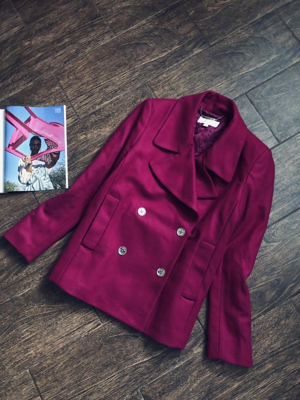 Очень красивое розовое короткое пальто от известного бренда