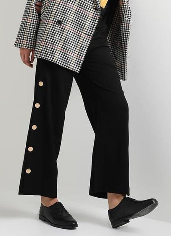 Бесподобные стильные фактурные брюки с золотыми пуговицами вел...