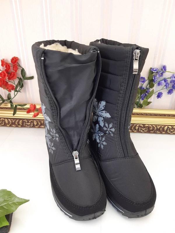 Женские зимние черные сапоги дутики с рисунком снежинками украина - Фото 2