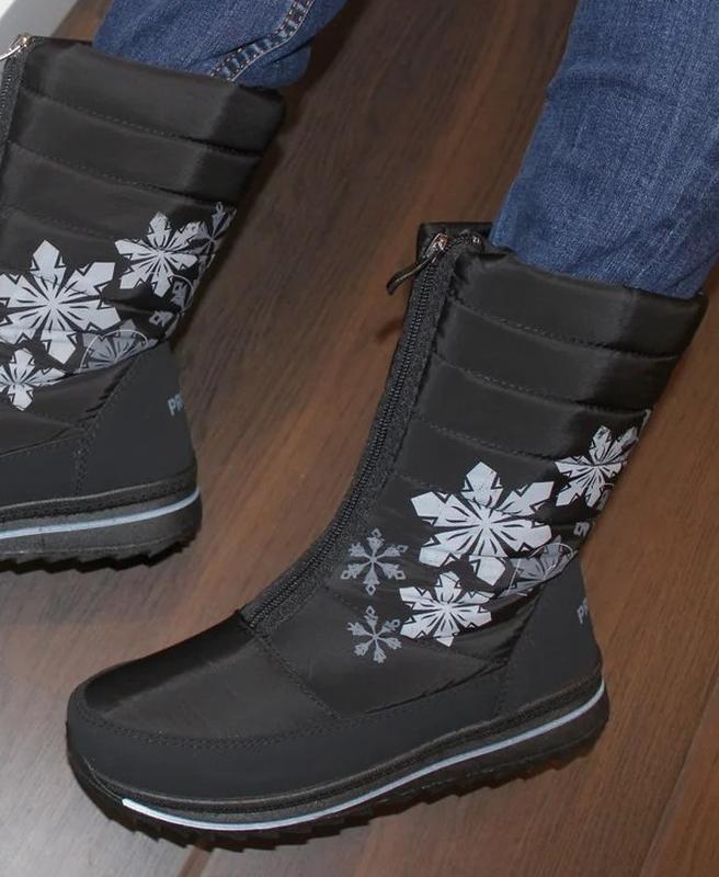 Женские зимние черные сапоги дутики с рисунком снежинками украина - Фото 4
