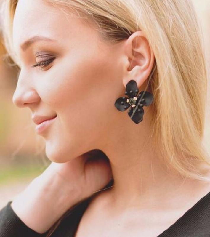 Серьги гвоздики крупный черный цветок