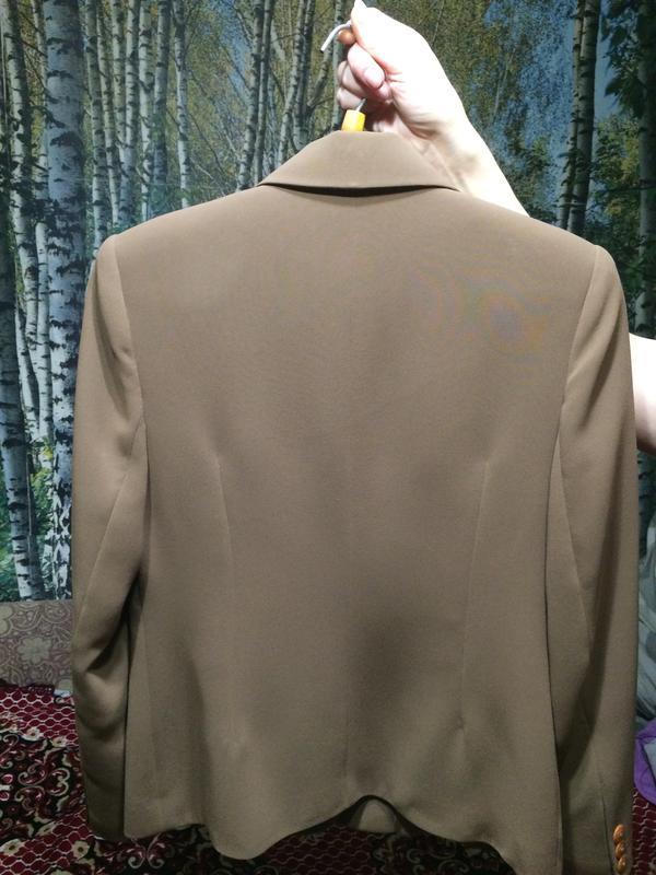 Новый женский костюм и джинсовый пиджак.