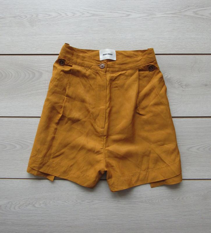 Свободные шорты горчичного цвета от henrik vibskov