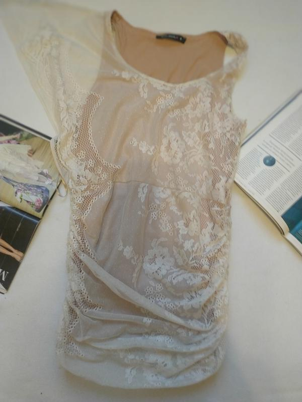 """Нюдовое платье-майка с белой сеткой с одним рукавом, эффект """"г..."""