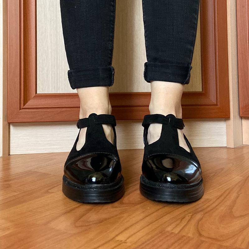Чёрные туфли на танкетке эколак и экозамш