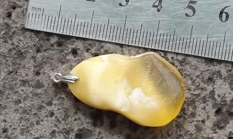 Кулон из натурального янтаря