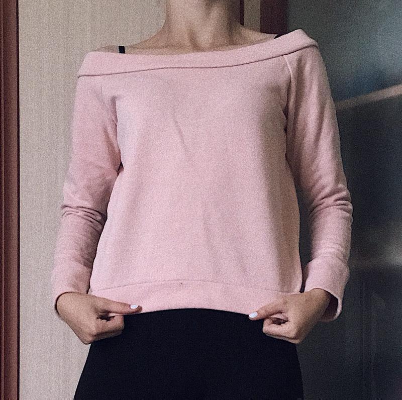 Нежно- розовый , пастельный , укроченый свитерок с открытым пл...