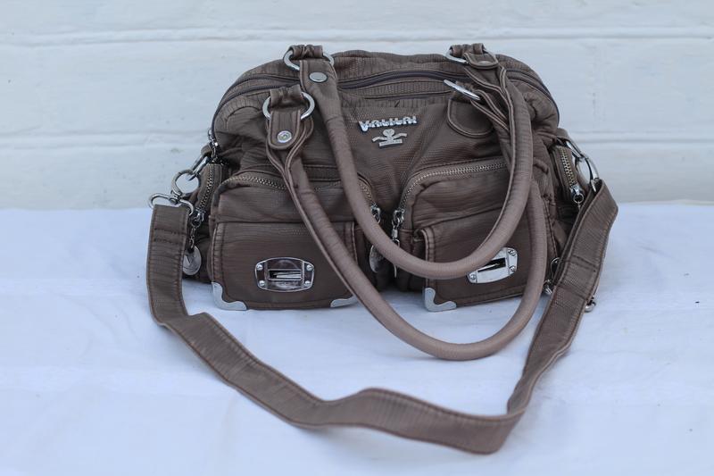 Вместительная фирменная кожаная сумочка valilai