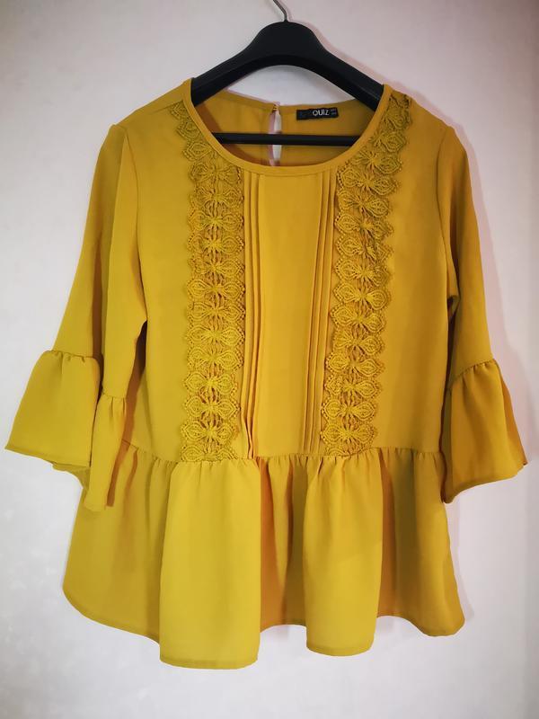 Горчичная блуза с кружевом quiz