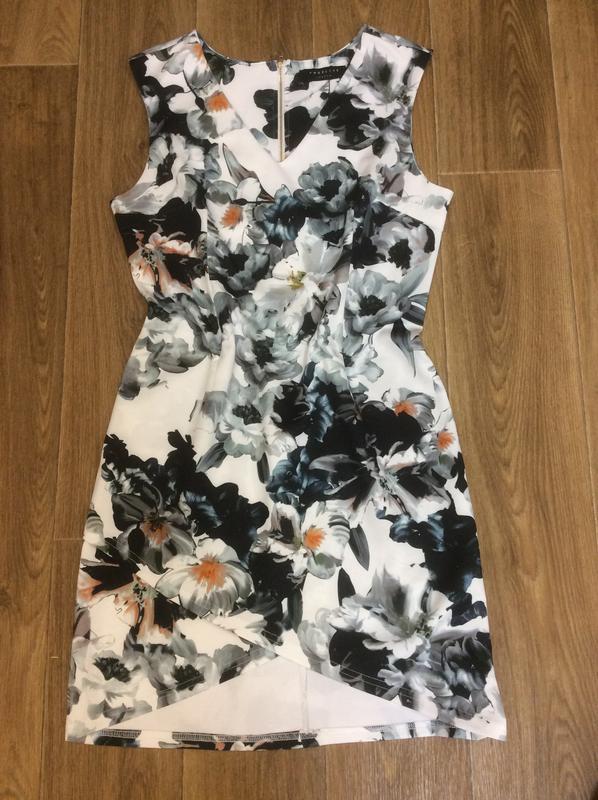 Платье в цветы классное новое
