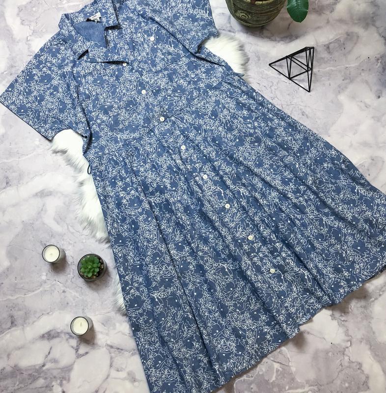 Стильное джинсовое платье в принт