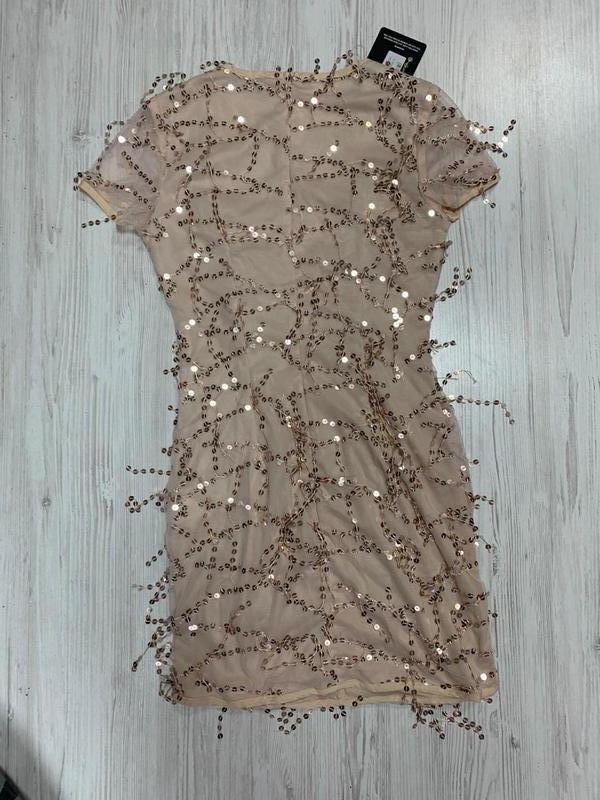 Zзолотое мини платье в паетки с вырезом и короткими рукавами