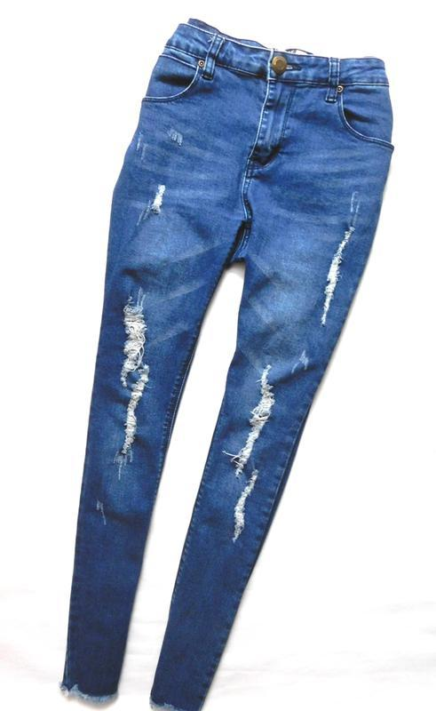 Трендовые штаны скинни джинсы с разрывами и необработанной кро...