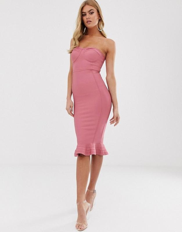 Бандажное платье-бандо цвета пыльной розы с оборкой  длины мид...
