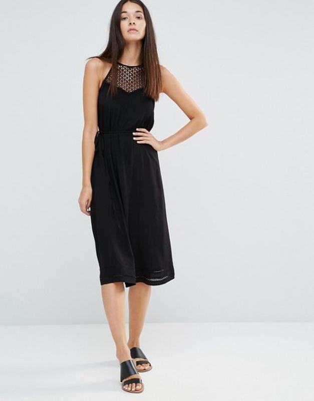 Сарафан платье длины миди с поясом из ажурной вставкой халтер ...