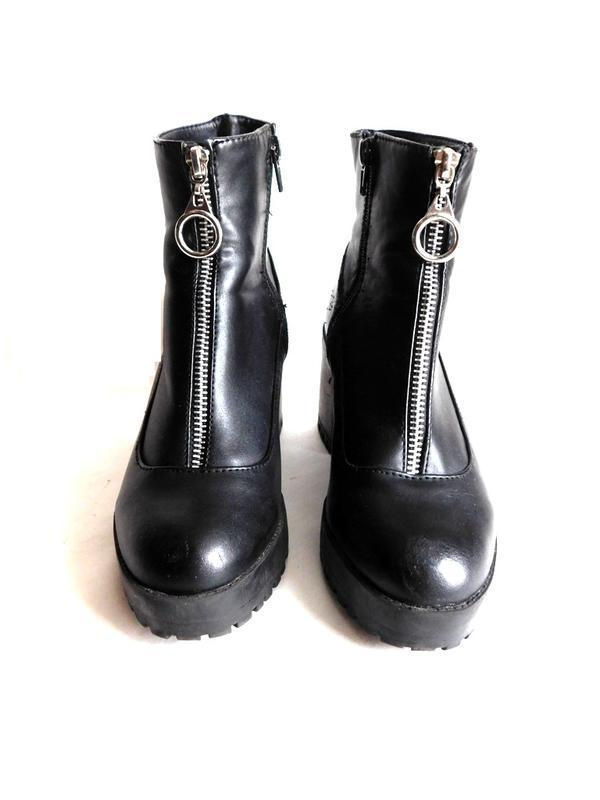 Высокие ботинки на толстом каблуке и подошве с молнией кольцом...