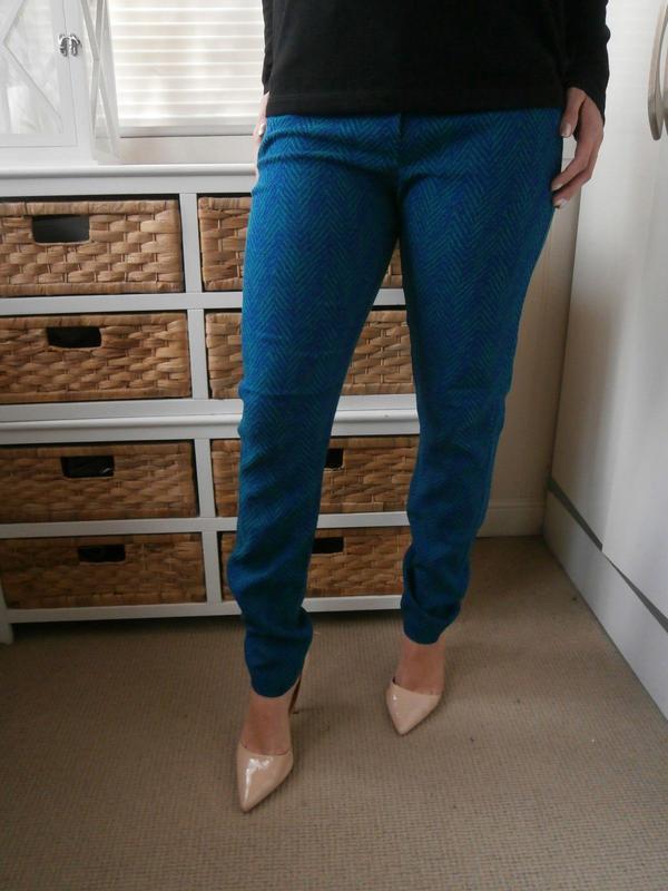 Стильные зауженные штаны брюки в принт