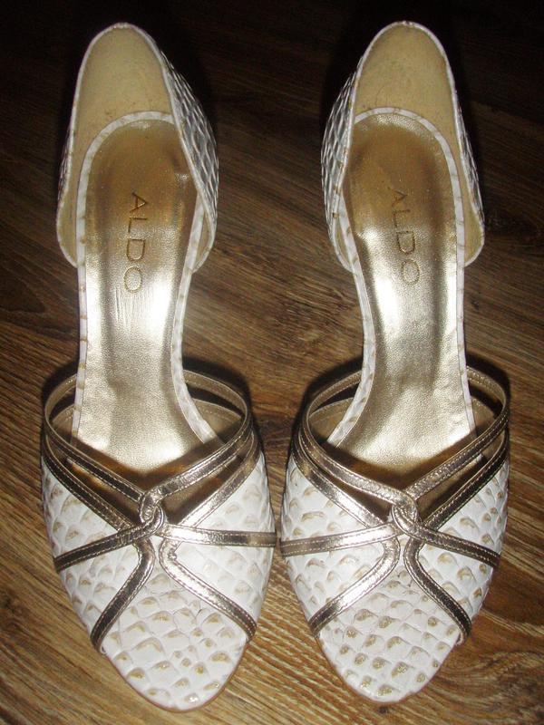 Открытые туфли босоножки с закрытой пяткой под рептилию с золотом