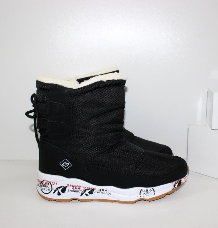 Женские зимние черные короткие ботинки дутики на белой подошве...