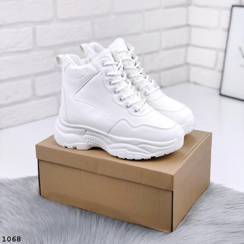 Стильные белые зимние кроссовки на платформе