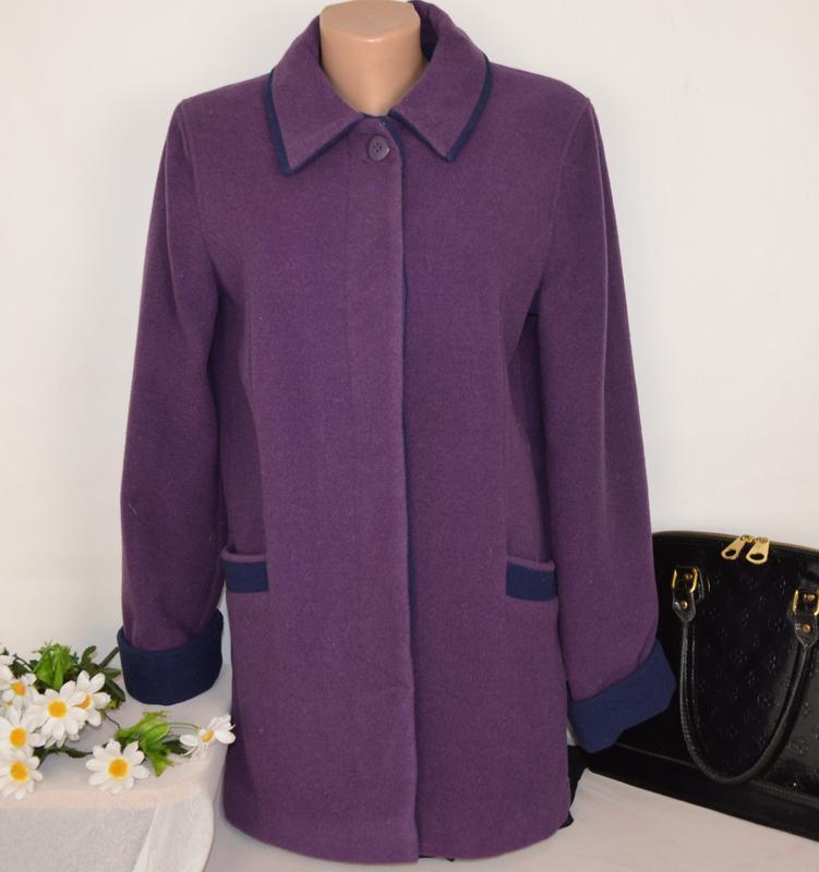 Брендовое фиолетовое шерстяное демисезонное пальто с карманами...