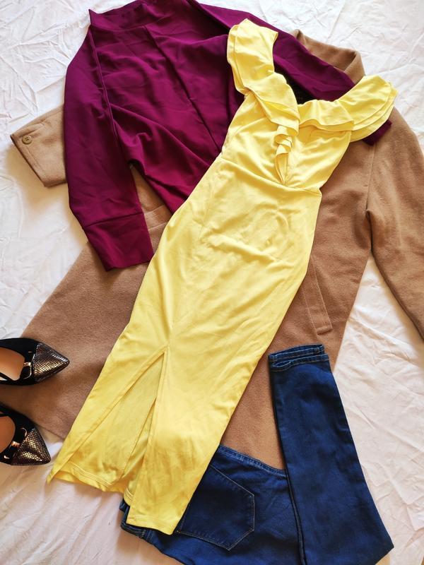 Жёлтое платье стрейчевое миди с воланами с вырезом на ноге спе...