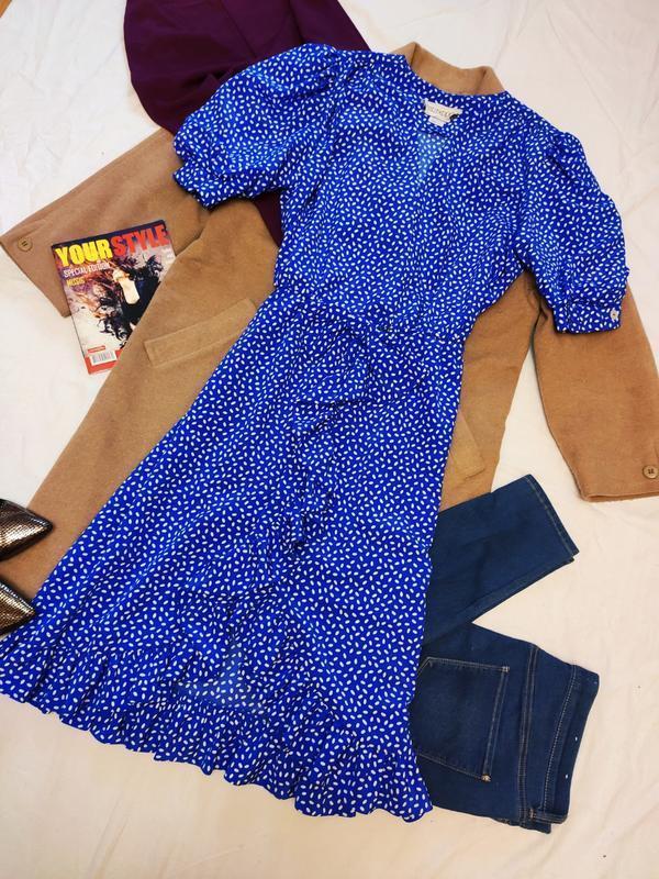 Платье синее миди в горошек с запахом на плечиках с воланами б...