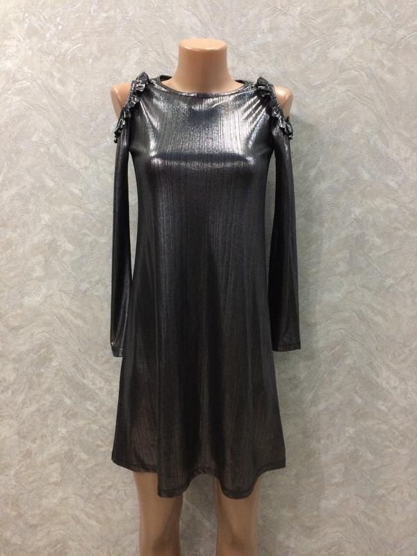 Платье серебристое с открытыми плечами и рюшами river island