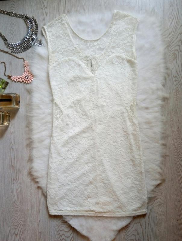 Белое нарядное короткое мини ажурное платье гипюр с секси деко...