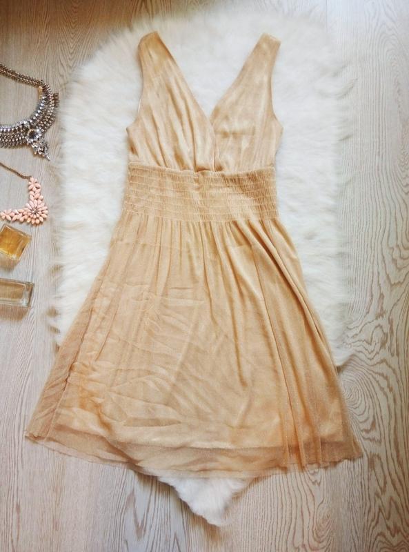 Короткое нарядное бежевое платье блестящее золотое глубоким вы...