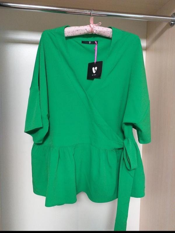 Зелёная блуза на запах с баской плюс size