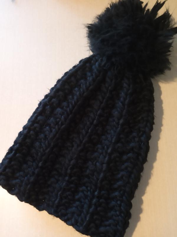 Теплая брендовая шапка с большим помпоном