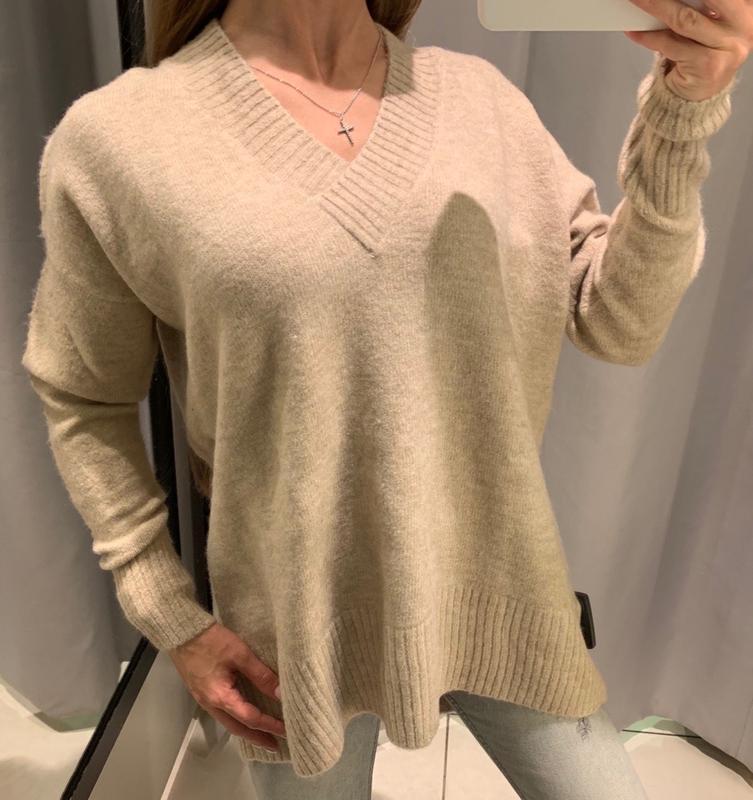 Обьемный песочный джемпер свитер с вырезом reserved есть размеры