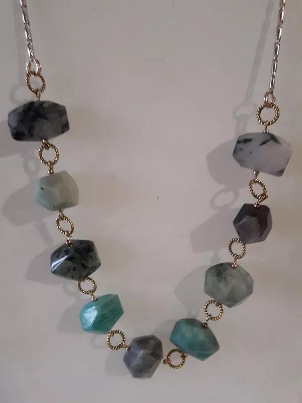 Ожерелье из разноцветного природного камня