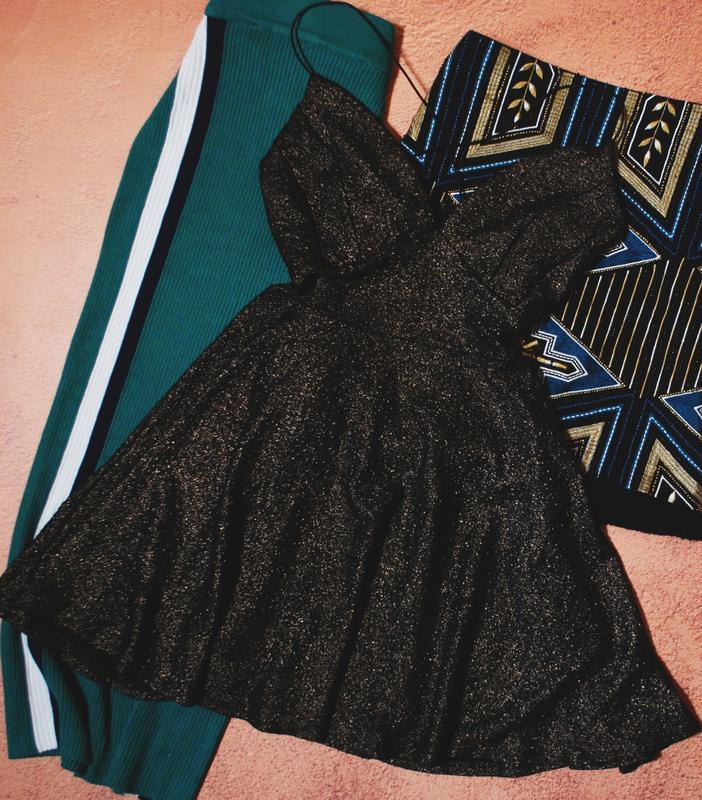 Красивейшее блестящее платье с переплетом на спинке