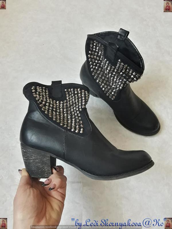 Мега крутые ботинки козаки в чёрном цвете с металическими закл...