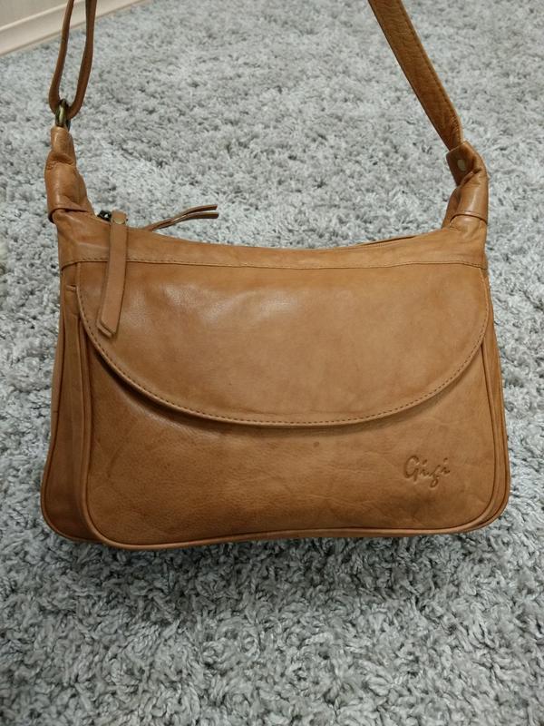Практичная кожаная сумка на плечо gigi