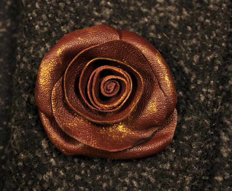 Кожаная роза,модный аксессуар,авторская брошь