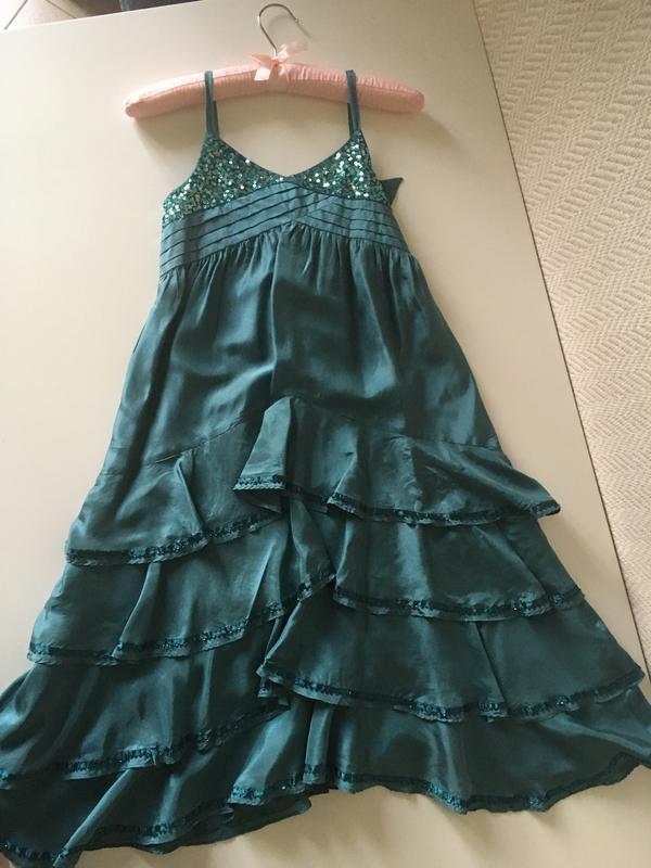 Нарядное платье на бретелях сарафан