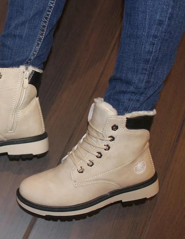 Женские зимние бежевые ботинки на шнуровке низкий каблук