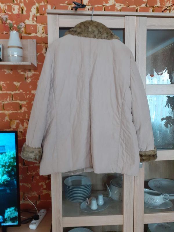 Стеганная с меховым воротнико и манжетами куртка с карманами б... - Фото 2