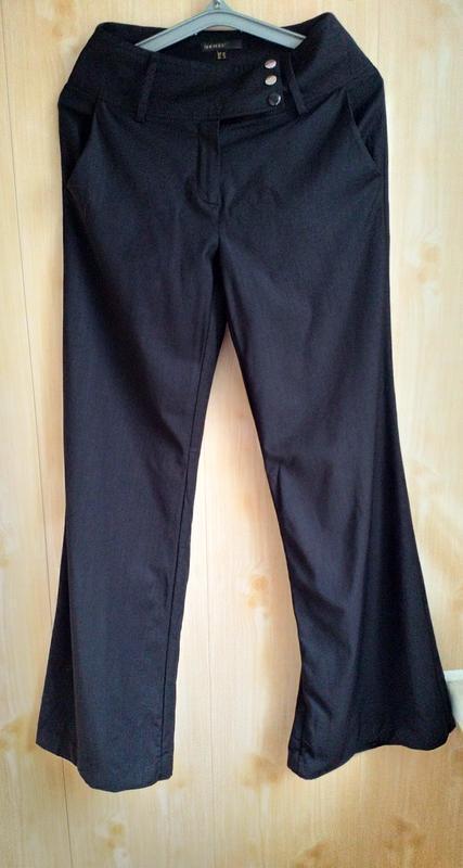 Расклешенные стильные брюки с высокой посадкой.